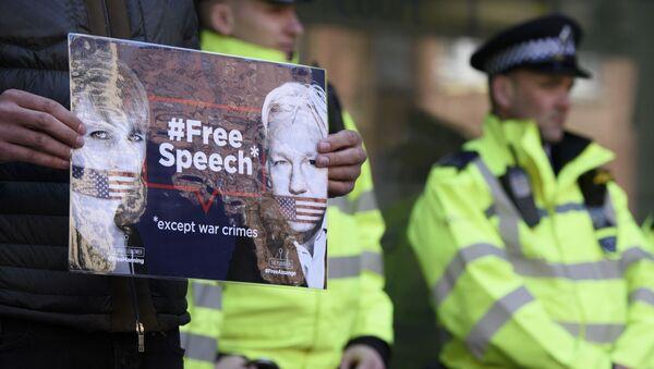 Мужчина с плакатом в поддержку основателя WikiLeaks Джулиана Ассанжа у Вестминстерского суда (11 апреля 2019). Лондон - Sputnik Армения