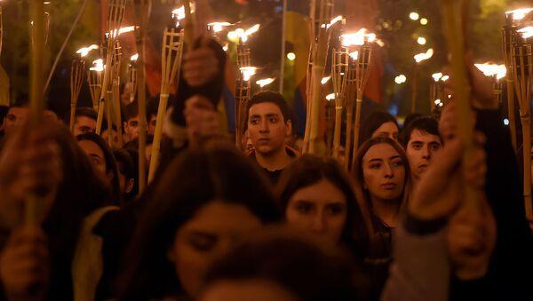 Активисты на традиционном факельном шествии (23 апреля 2019). Еревaн - Sputnik Армения