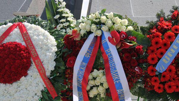 Венок посольства России в Армении в мемориальном комплексе Цицернакаберд (24 апреля 2019). Еревaн - Sputnik Армения
