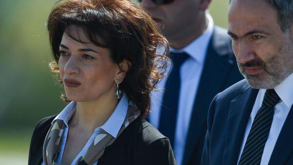 Премьер-министр Никол Пашинян с супругой Анной Акопян в мемориальном комплексе Цицернакаберд (24 апреля 2019). Еревaн - Sputnik Արմենիա