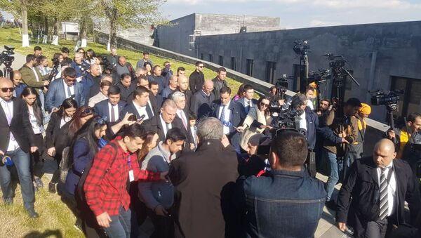 Третий президент Армении Серж Саргсян в мемориальном комплексе Цицернакаберд (24 апреля 2019). Еревaн - Sputnik Армения