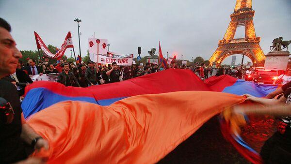 Армяне Франции размахивают флаги во время демонстрации возле Эйфелевой башни (24 апреля 2015). Париж - Sputnik Армения