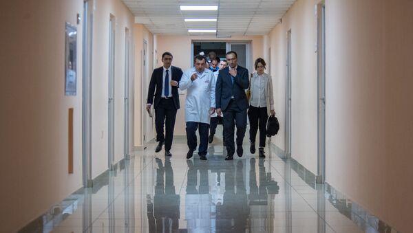 Дректор МЦ Астхик Асатур Асатрян и министр здравоохранения Арсен Торосян перед началом пресс-конференции по поводу пересадки печени (25 апреля 2019). Еревaн - Sputnik Արմենիա
