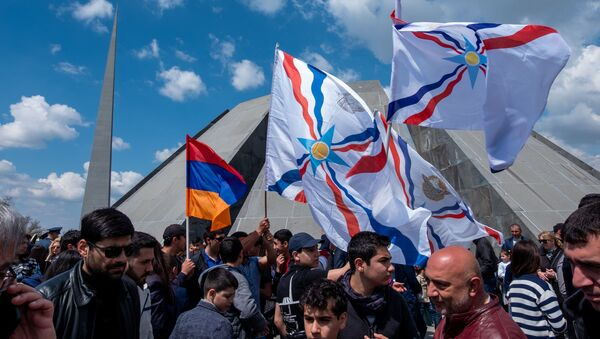 Ассирийцы Армении в мемориальном комплексе Цицернакаберд (24 апреля 2019). Еревaн - Sputnik Армения