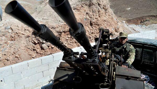 Военные Свободной Сирийской Армии патрулируют окраины северного города Джиср-эш-Шугур, к западу от города Идлиб (9 сентября 2018). Сирия - Sputnik Армения