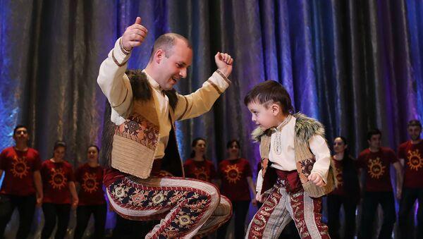 Арег и Артавазд Айвазяны во время исполнения танца Ярхушта - Sputnik Արմենիա