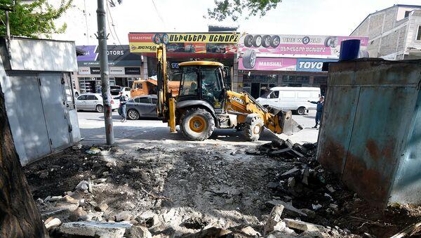 Мерия Еревана приступила к демонтажу незаконно построенных ларьков на улице Нар-Доса (29 апреля 2019). Еревaн - Sputnik Армения