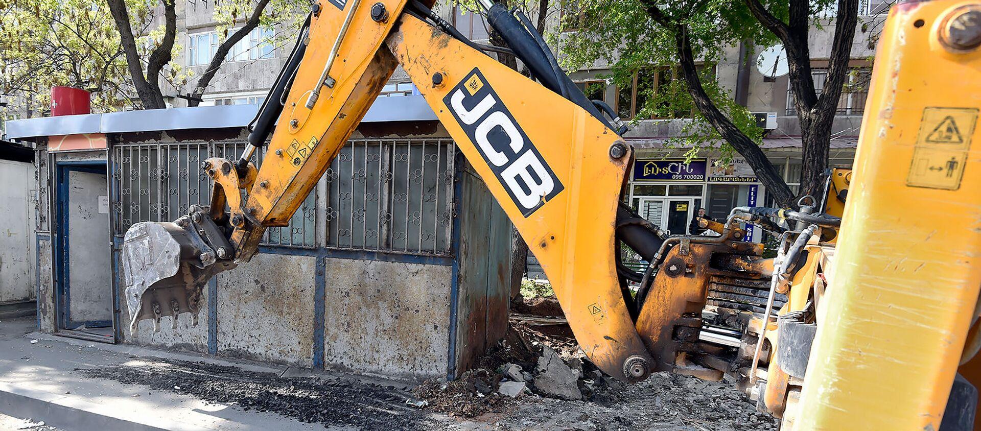 Мерия Еревана приступила к демонтажу незаконно построенных ларьков на улице Нар-Доса (29 апреля 2019). Еревaн - Sputnik Արմենիա, 1920, 23.06.2021