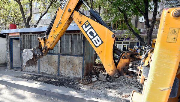Мерия Еревана приступила к демонтажу незаконно построенных ларьков на улице Нар-Доса (29 апреля 2019). Еревaн - Sputnik Արմենիա