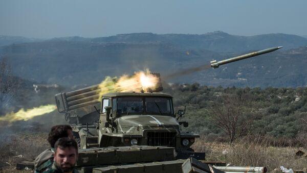 Артиллеристы сирийской армии стреляют из систем залпового огня Град на позициях в провинции Идлиб (10 февраля 2016). Сирия - Sputnik Армения
