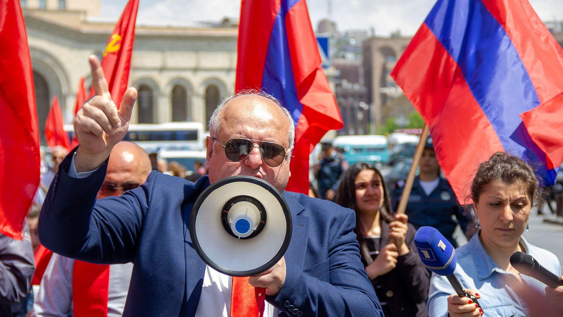 И.о. первого секретаря Компартии Армении Ерджаник Казарян на первомайском шествии в центре столицы (1 мая 2019). Еревaн - Sputnik Արմենիա, 1920, 18.09.2021