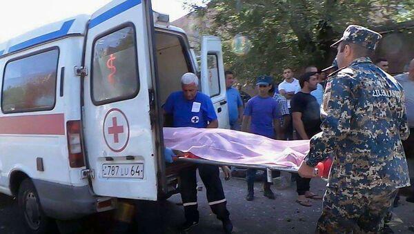 Сотрудники скорой помощи на месте наезда на улице Давида Бека (2 мая 2019). Еревaн - Sputnik Արմենիա