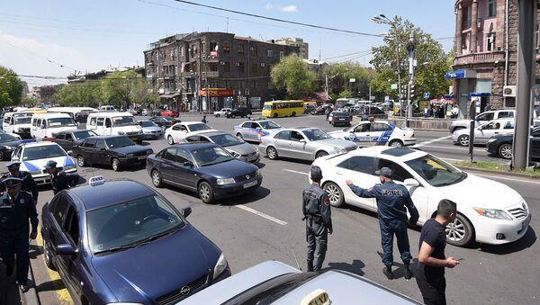 Водители такси разблокировали улицу Абовяна (3 мая 2019). Еревaн - Sputnik Արմենիա