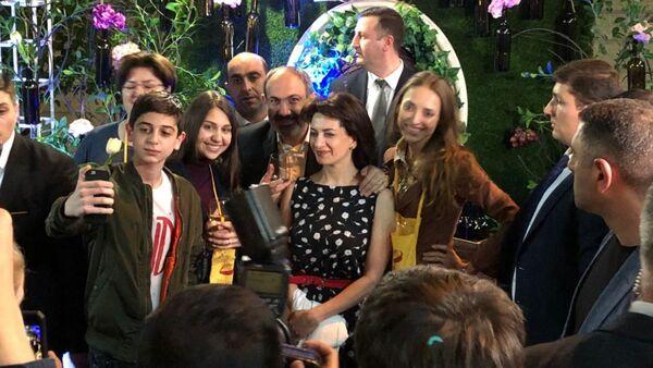 Посетители Винных дней фоткаются  с Николом Пашиняном и Анной Акопян  - Sputnik Армения