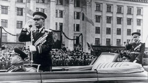 Маршал Амазасп Хачатурович Бабаджанян принимает парад на Красной площади - Sputnik Армения