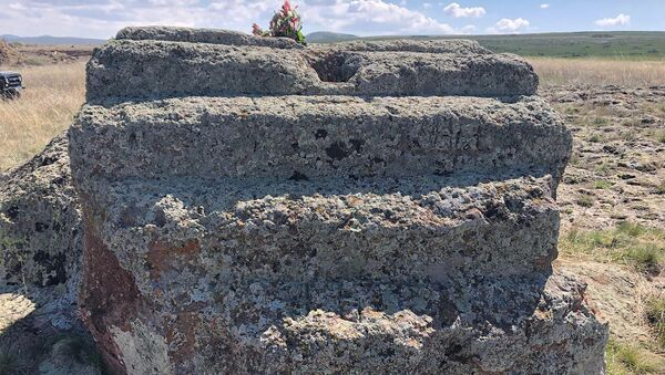 Камень в нейтральной зоне на границе сел Харьков и Айкадзор - Sputnik Армения