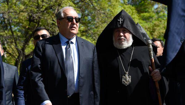 Президент Армен Саркисян и Католикос Гарегин Второй на праздновании дня Победы (9 мая 2019). Еревaн - Sputnik Армения