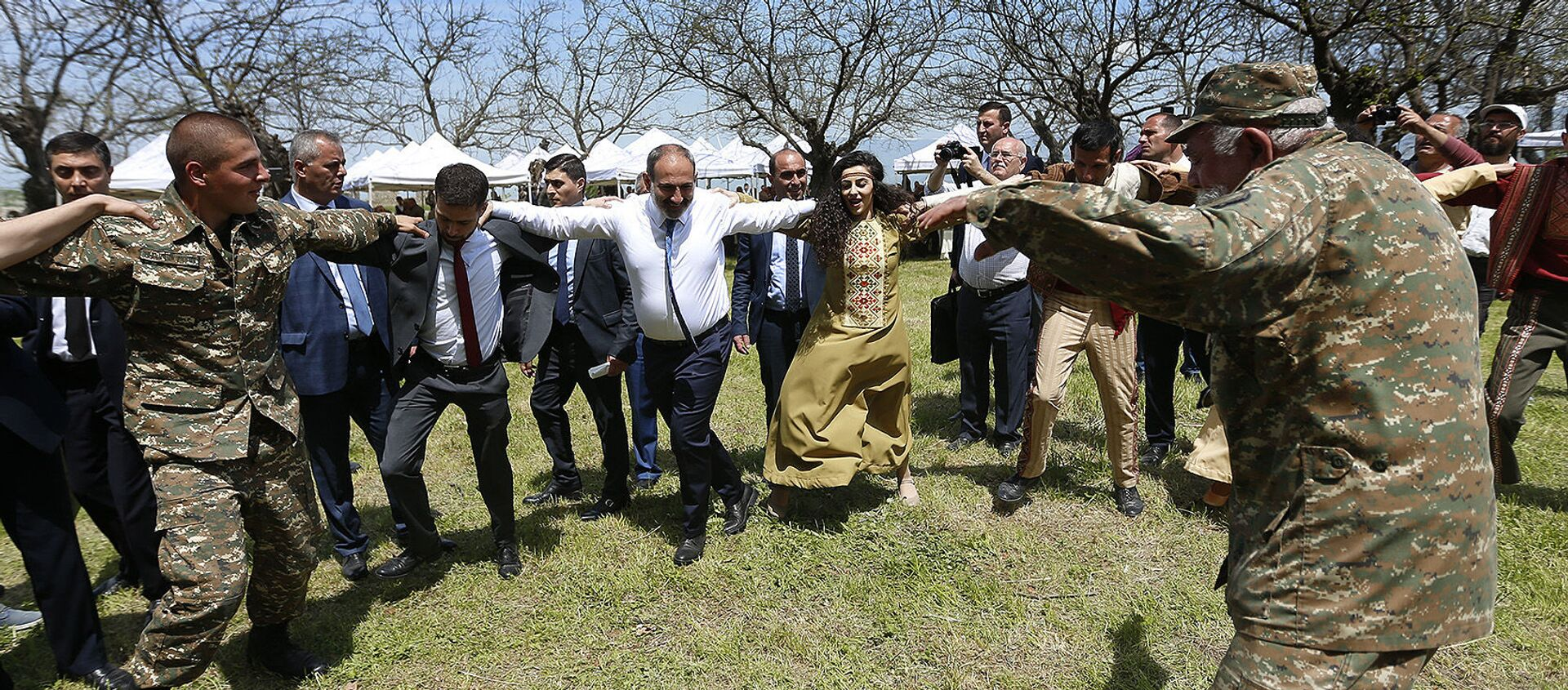 Премьер-министр Армении Никол Пашинян принял участие в праздничных мероприятиях в Карабахе (9 мая 2019). Шуши - Sputnik Армения, 1920, 16.02.2021