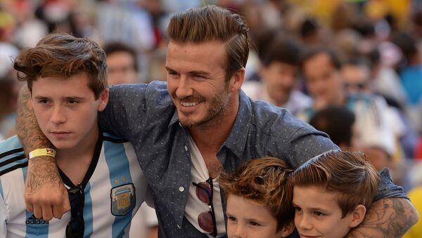 Британский футболист Дэвид Бекхэм с детьми Бруклином, Крузом и Ромео (слева направо) - Sputnik Армения