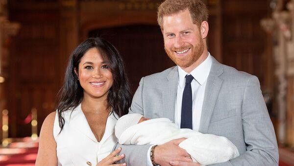 Британский принц Гарри с супругой Меган, герцогиней Сассекс, и новорожденным сыном в зале Святого Георгия в Виндзорском замке (8 мая 2019). Виндзор - Sputnik Армения