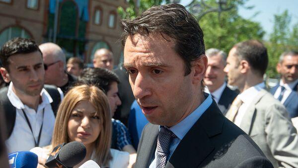 Мэр Еревaна Айк Марутян ответил на вопросы журналистов во время открытия отреставрированноого парка (10 мая 2019). Еревaн - Sputnik Արմենիա