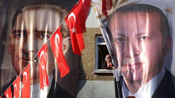 Баннеры с изображениями основателя Турецкой Республики Мустафы Кемаля Ататюрка и нынешнего президента Турции Реджепа Тайипа Эрдогана (5 марта 2019). Стамбул - Sputnik Արմենիա