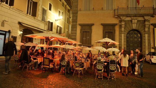 Кафе на одной из улиц в Риме. - Sputnik Армения