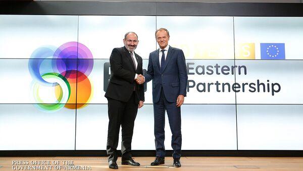 Премьер-министр Армении Никол Пашинян и председатель Европейского совета Дональд Туск на встрече лидеров стран-участниц инициативы ЕС Восточное партнерство (13 мая 2019). Брюссель - Sputnik Армения