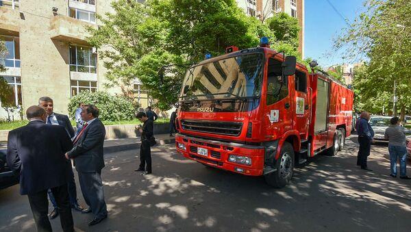 Спасатели эвакуировали сотрудников министерств из правительственного здания (14 мая 2019). Еревaн - Sputnik Արմենիա