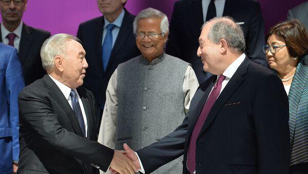 Нурсутлат Назарбаев приветствует президента Армении Армена Саркисяна на 12-м Астанинском экономическом форуме (16 мая 2019). Нур-Султан - Sputnik Армения