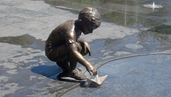 Статуя мальчика с корабликом в Ереване - Sputnik Армения