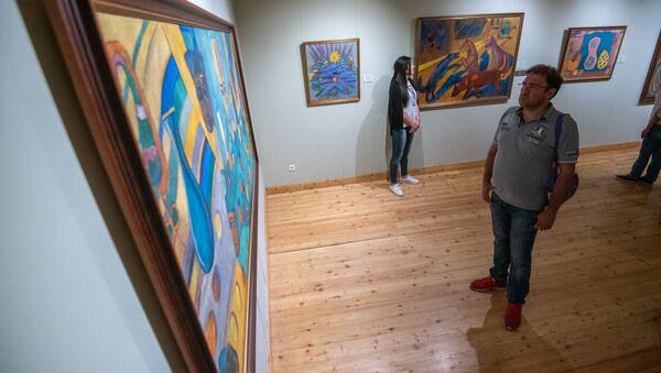 Посетитель у картины в Доме-музее Мартироса Сарьяна в рамках акции Ночь в музее - Sputnik Армения