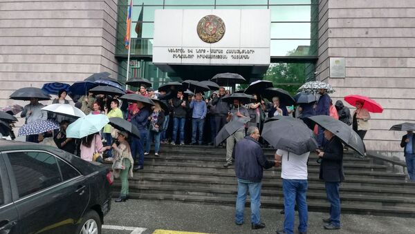 Люди перед зданием суда общей юрисдикции столичных административных районов Кентрон и Норк Мараш (20 мая 2019). Еревaн - Sputnik Армения
