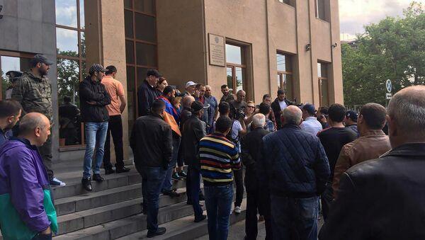 Люди перед зданием суда общей юрисдикции столичного административного района Шенгавит (20 мая 2019). Еревaн - Sputnik Армения
