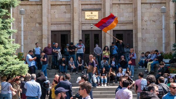 Люди перед зданием Конституционного суда Армении (20 мая 2019). Еревaн - Sputnik Армения
