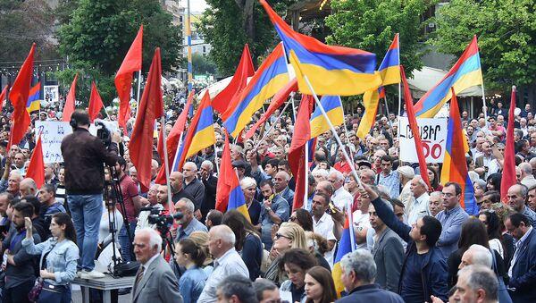 Люди на митинге партии АРФ Дашнакцутюн на площади Свободы (23 мая 2019). Еревaн - Sputnik Армения