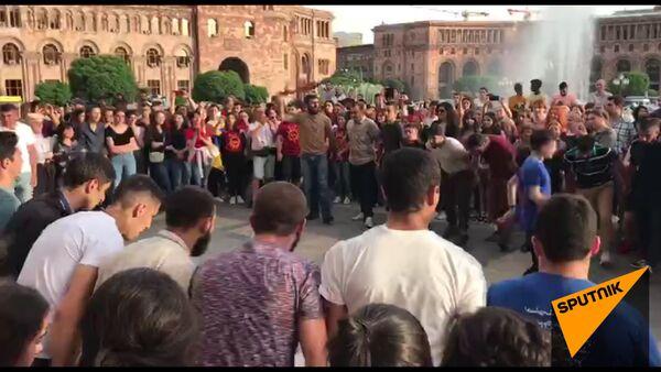 Հանրապետության հրապարակում երիտասարդները քոչարի են պարում. «Արի պարի քոչարին»` Երևանում - Sputnik Արմենիա