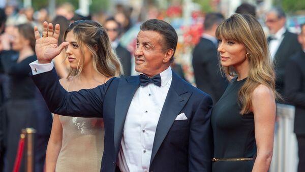 Актер, режиссер Сильвестр Сталлоне, с супругой, актрисой Дженнифер Флавин (справа) и дочерью, актрисой Софи Роуз Сталлоне на красной дорожке церемонии закрытия 72-го Каннского кинофестиваля (25 мая 2019). Канны - Sputnik Армения