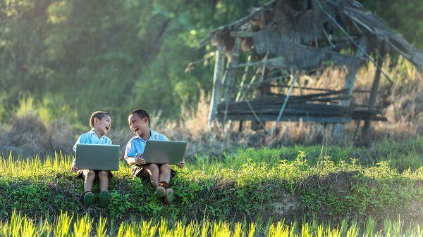 Дети с ноутбуками на природе  - Sputnik Армения