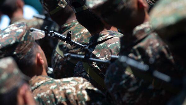 Солдаты во время выступления премьер-министра Армении на праздновании Первой республики (28 мая 2019). Сардарапат - Sputnik Արմենիա