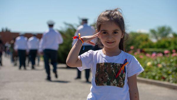 Девочка с праздничными лентами цветов армянского флага у Мемориального комплекса Сардарапат во время празднования Первой республики (28 мая 2019) Сардарапат - Sputnik Արմենիա