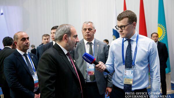 Премьер-министр Армении Никол Пашинян отвечает на вопросы журналиста на заседании Высшего Евразийского экономического совета (29 мая 2019). Нур-Султан - Sputnik Армения