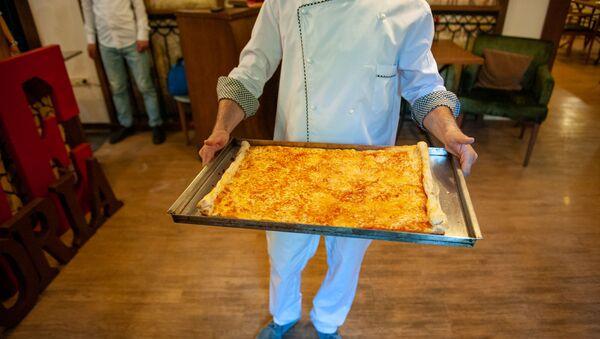 Армянские кулинары испекли самую длинную пиццу в Армении (1 июня 2019). Еревaн - Sputnik Армения