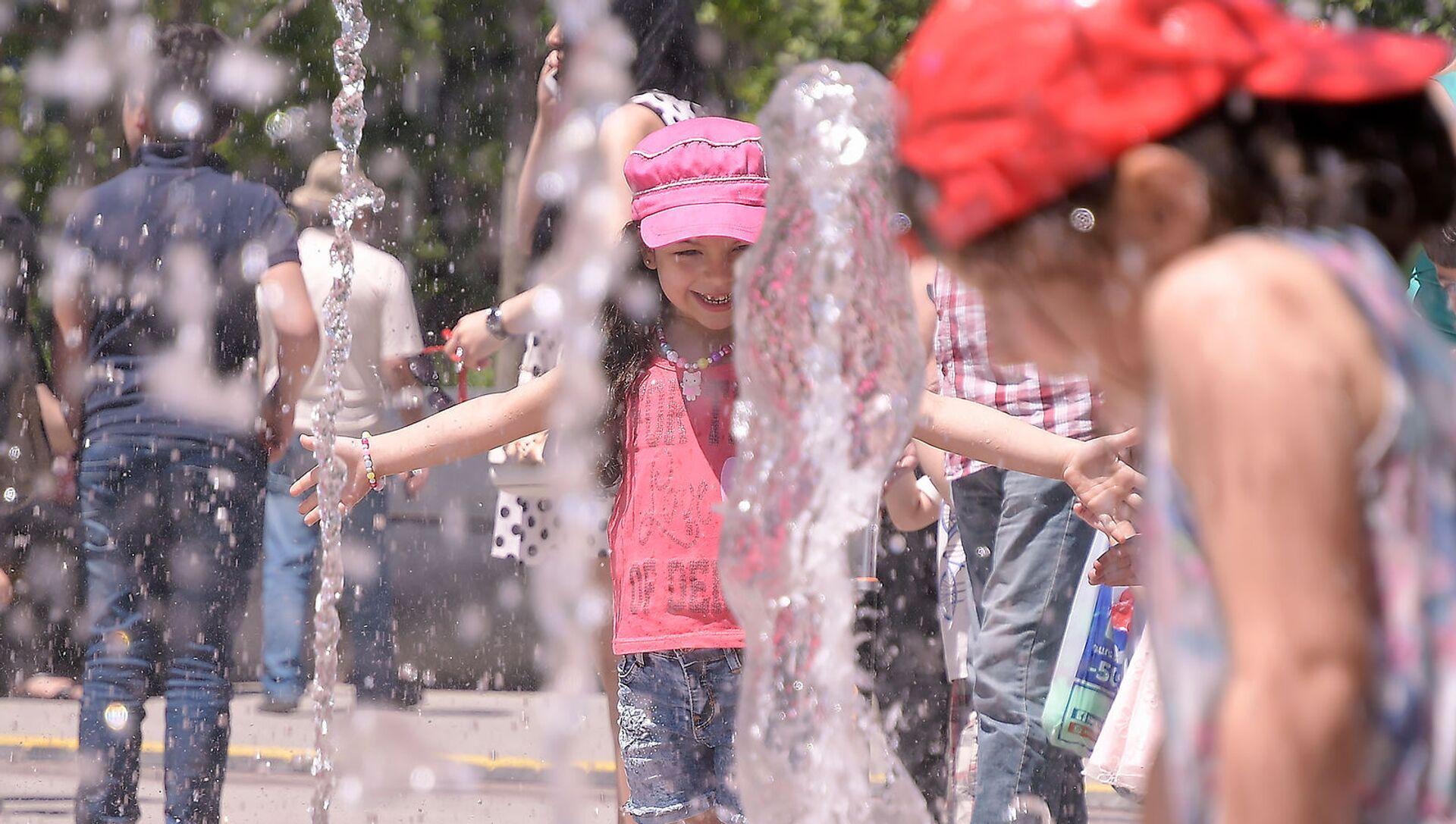 Восторженная посетительница на открытии отреставрированного парка Новый Ереван (1 июня 2019). Ереван - Sputnik Армения, 1920, 03.07.2021