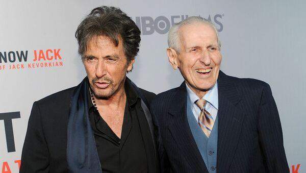 Актер Аль Пачино и доктор Джек Кеворкян на премьере фильма Вы не знаете Джека (14 апреля 2010). Нью-Йорк - Sputnik Армения