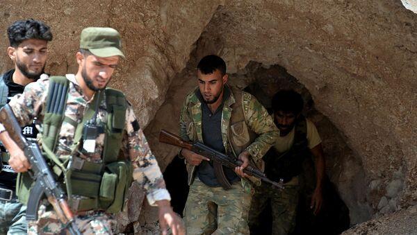 Бойцы Свободной сирийской армией выходят из пещеры на окраине Северного города Джиср-эш-Шугур, к западу от города Идлиб (9 сентября 2018). Сирия - Sputnik Армения