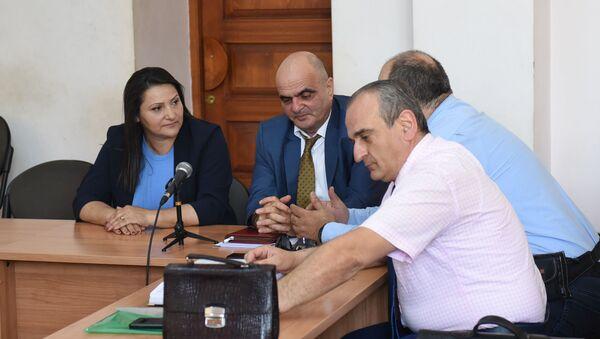 Супруга генерала Манвела Григоряна Назик Амирян с адвокатами во время судебного заседания (4 июня 2019). Еревaн - Sputnik Армения