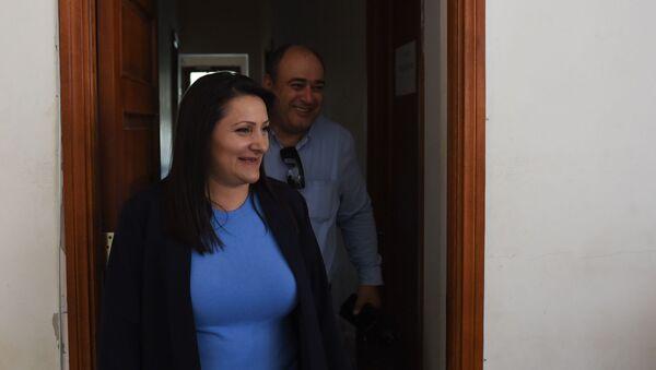Назик Амирян и адвокат Арсен Мкртчян выходят из зала суда во время перерыва судебного заседания (4 июня 2019). Еревaн - Sputnik Արմենիա