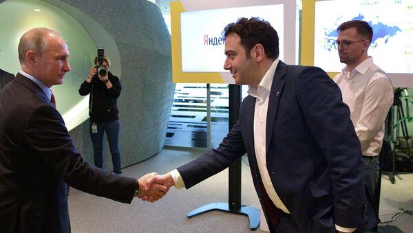 Президент РФ Владимир Путин и руководитель проекта Яндекс.Такси Тигран Худавердян во время посещения московского офиса отечественной ИТ-компании Яндекс (21 сентября 2017). Москвa - Sputnik Армения