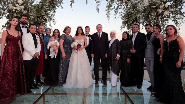Президент и первая леди Турции Тайип и Эмине Эрдоган на свадьбе немецкого футболиста Арсенала Месута Озила и его невесты Амины Гульсе (7 июня 2019). Стамбул - Sputnik Արմենիա